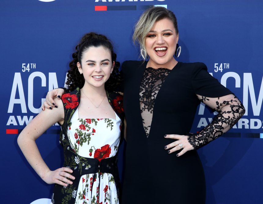 Kelly Clarkson Defends 16-Year-Old 'Voice' Winner Against Nasty Troll! - Perez Hilton